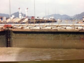Ya entramos. Ahora comienza el proceso de llenarse de agua y nosotros dentro del bote subimos hasta casi el nivel de la superficie de la tierra como se ve en la foto. Se pueden apreciar los barcos del otro lado de las puertas.