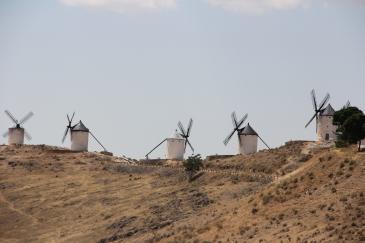 Windmills dominating the Hill. Molinos de Viento dominando el Cerro.